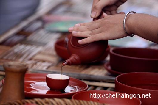 Trình diễn pha trà và mời trà tại Festival Trà Thái Nguyên